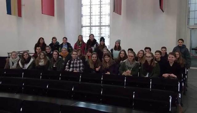 Die Klasse 8b im Paulskirchenparlament