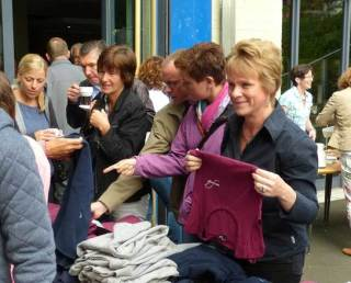 Auch die Engelsburg-T-Shirts finden guten Absatz