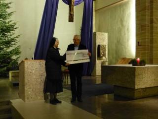 Hr. Sommer überreicht den Scheck an Sr. Adelgundis (Fotos: A. Reiss)