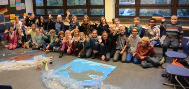 Die Klasse 5a vor dem Bild von Jona und dem großen Fisch. (Foto: T. Prinz)