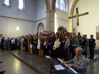 Der Abitur-Jahrgang 2015 beim gemeinsamen Abschlusslied – unter der Begleitung von Anselm Wegener