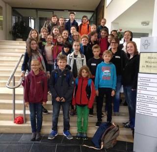 Die Klasse 5d vor dem Klosterportal