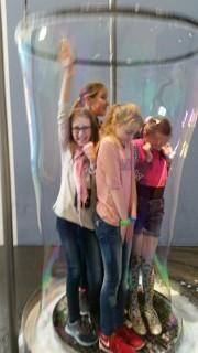 Es gelang, als Gruppe vollständig in der Seifenblase zu verschwinden!