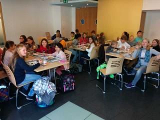 Die Klasse 5e beim gemeinsamen Mittagessen