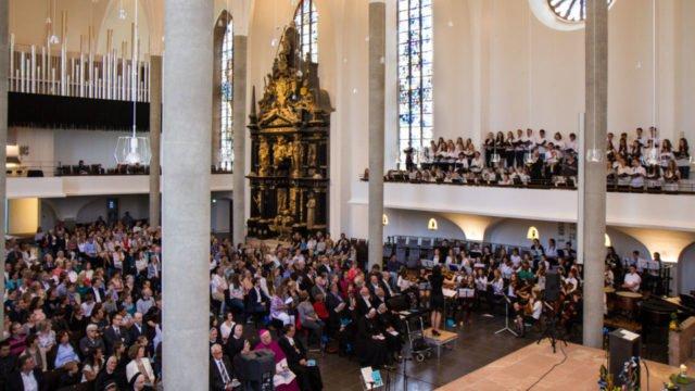 Imposant: In der gefüllten Martinskirche in Kassel tragen das Schulorchester und der Schulchor der Engelsburg unter der Leitung von Musiklehrerin Melanie Heczko unter anderem Händels Halleluja vor. Foto: SMMP/Bock