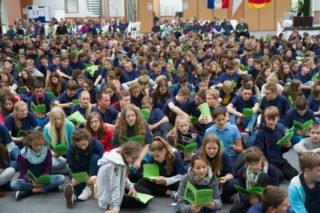 Die Schülerinnen und Schüler haben die grünen Pilgerhefte mitgebracht. Foto: SMMP/Bock