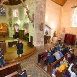 Schwester Theresita Maria Müller begrüßt die Schülerinnen und Schüler in der Pfarrkirche von Barfleur. Foto: SMMP/Beer