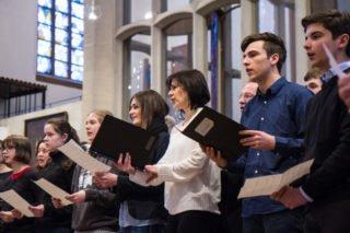 Der Lehrerchor singt, diesmal verstärkt durch einige Schüler. Foto: SMMP/Ulrich Bock