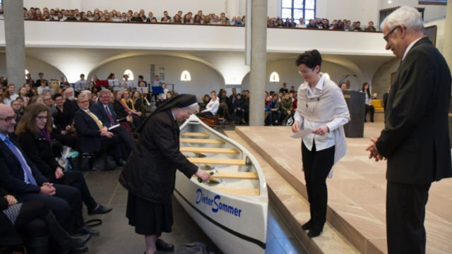 Die langjährige Schulsekretärin Schwester Theresa Leistner tauft den neuen Kanadier auf den Namen 'DieterSommer'. Foto: SMMP/Ulrich Bock