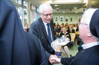 Auch die frühere Generaloberin Sr. Aloisia Höing verabschiedet sich von Dieter Sommer. Foto: SMMP/Ulrich Bock