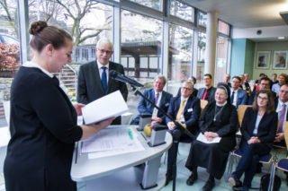 Annette Knieling vom Schulamt der Stadt Kassel hat interessante Notizen in den Personalakten von Dieter Sommer gefunden. Foto: SMMP/Ulrich Bock
