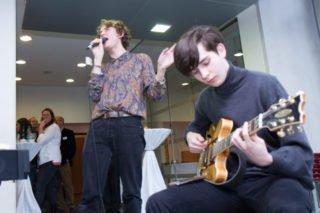 Marc Peters (Gesang) und Tim Orth (Gitarre) gestalten den musikalischen Abschluss. Foto: SMMP/Ulrich Bock
