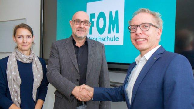 Freuen sich über die Kooperation mit der FOM Hochschule: Schulleiter Thorsten Prinz (m.) sowie Christian Kwiatkowski und Sabine Wengeler von der FOM. Foto: Ulrich Bock