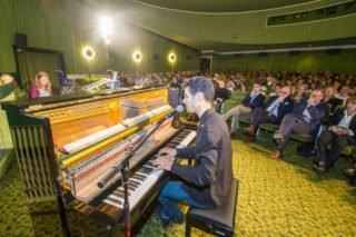 Der staatenlose Pianist Aeham Ahmad bringt die Unterdrückung und Gewalt, die er in seiner syrischen Heimat erfahren hat, am Klavier und mit seinem Gesang lautmalerisch zum Ausdruck. Foto: SMMP/Ulrich Bock