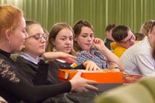Eine Fragenbox geht durch die Zuschauerreihen. Dort kann man seine Frage an das Plenum einwerfen.