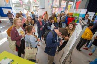 Auf dem Markt der Möglichkeiten in der Aula stellen sich die verschiedenen Jugendverbände und -organisationen vor. Foto: SMMP/Ulrich Bock