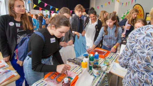 Beim Markt der Möglichkeiten in der Schulaula präsentieren sich Jugendverbände und -einrichtungen. Beim Netzwerk für Toleranz Waldeck-Frankenberg können beispielsweise Taschen gestaltet werden. Foto: SMMP/Ulrich Bock