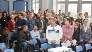 Zur Begrüßung werden die Gäste gefragt, woher sie kommen. Hier stehen alle Lehrerinnen und Lehrer der Engelsburg auf. Foto: SMMP/Ulrich Bock