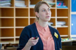 """Dr. Nina Fechler berichtet von den vernetzten Strukturen der Arbeits- und Forschungsgruppen an der Charité: """"In der Schule ist das Lernen nach Fächern gegliedert. Aber vielleicht sollten wir uns fragen, was man alles unterdrückt, wenn gerade das Fach Biologie auf dem Stundenplan steht."""" Foto: SMMP/Ulrich Bock"""
