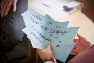 """""""Lernegoisten erziehen"""" - viele Fragen, Herausforderungen, Ideen und Impulse wurden in den Workshops auf Zetteln notiert. Foto: SMMP/Ulrich Bock"""