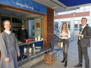 Leah und Rubens lassen sich nach der Prüfung eine Waffel schmecken - links Sr. Lucia Maria, im Kiosk Sr. Maria Magdalena