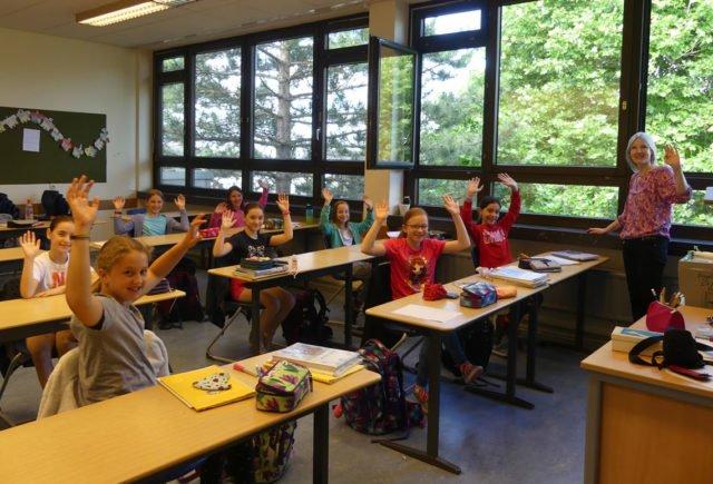 Die 5a - mit Klassenlehrerin Frau Seeling-Heinemann - wünscht allen schöne Ferien.