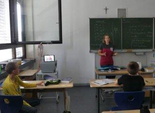 Nebenan wird die andere Hälfte der Klasse von Frau Rudzick unterrichtet. Eine Schülerin muss leider zu Hause bleiben und ist auf dem Laptop zugeschaltet. (Fotos: A. Reiss/SMMP)