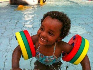 Destanesh Misselwitz als Kleinkind mit Schwimmflügeln im Wasser: Schon früh war ihr die Begeisterung für das nasse Element anzumerken. Foto: privat